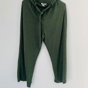 Olive green cropped pants, adjustable belt.